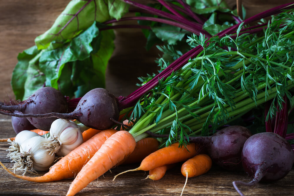 Bunch of fresh organic beetroots, garlic and carrots on wooden rustic table, different types of root vegetables (Bunch of fresh organic beetroots, garlic and carrots on wooden rustic table, different types of root vegetables, ASCII, 112 components, 11